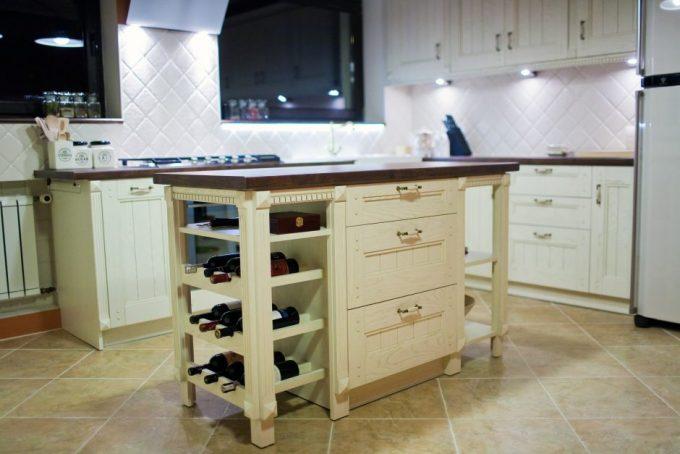Jak wkomponować szafkę na wino do kuchni ?