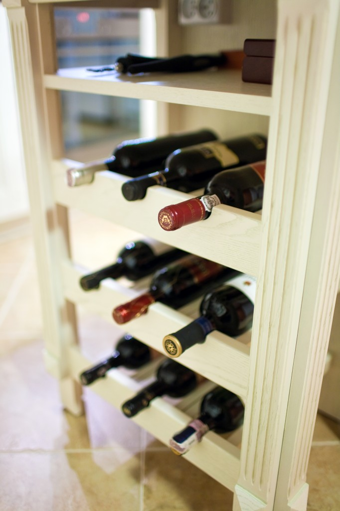 Butelki wina na półkach