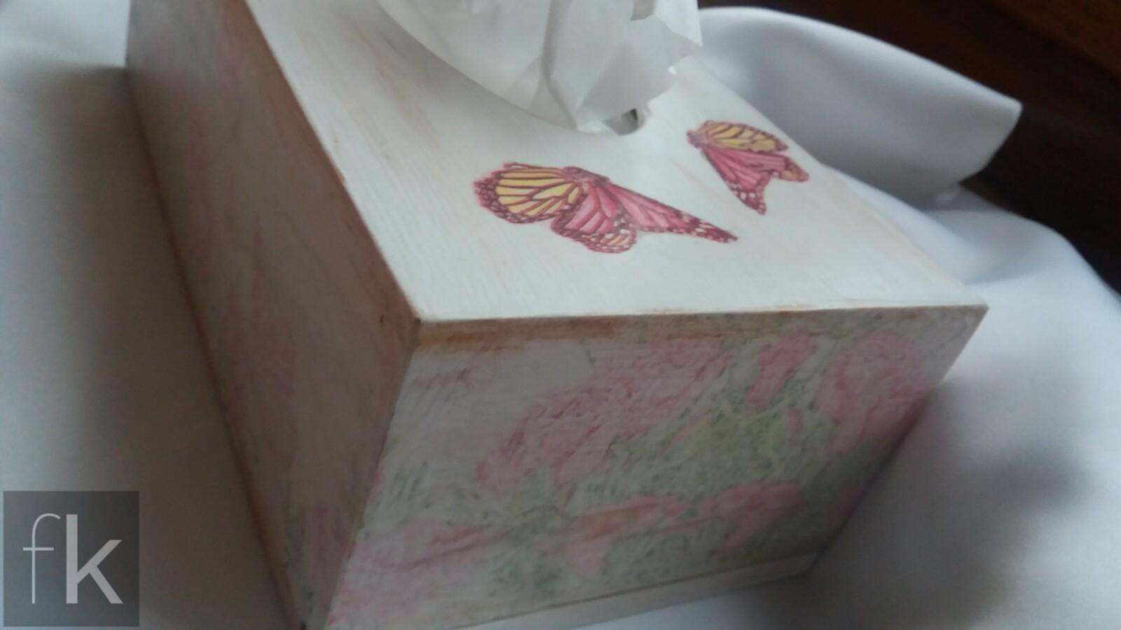 Pudełko decoupage na chusteczki z motylami