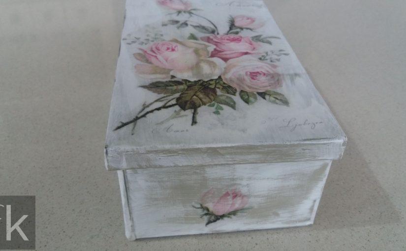 Blaszane pudełka z różyczkami